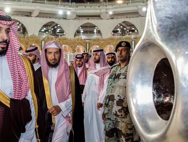 Putra Mahkota Arab Saudi Mohammed bin Salman mendekati Hajar Aswad saat meninjau Masjidil Haram di Mekah, Arab Saudi, Selasa (12/2). Kerajaan Arab Saudi berencana memperluas Masjidil Haram. (BANDAR AL-JALOUD/SAUDI ROYAL PALACE/AFP)