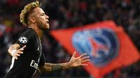 Striker PSG, Neymar, merayakan gol yang dicetaknya ke gawang Red Star pada laga Liga Champions di Stadion Parc des Princes, Paris, Rabu (3/10/2018). PSG menang 6-1 atas Red Star. (AFP/Franck Fife)