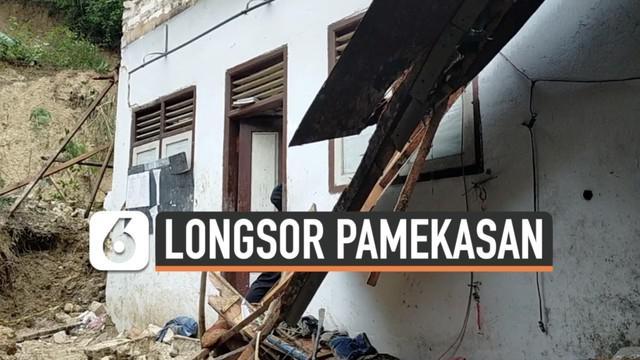 Bangunan asrama pondok pesantren di Pamekasan Madura tertimpa tebing longsor. Musibah ini terjadi Rabu (24/2) dini hari menewasakan 5 santri.