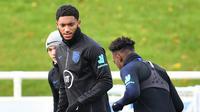 Bek Inggris Joe Gomez (tengah) saat berlatih jelang menghadapi Montenegro pada babak kualifikasi Grup A Piala Eropa 2020 di St George's Park, Burton-on-Trent, Inggris, Selasa (12/11/2019). Inggris akan menjamu Montenegro di Stadion Wembley pada 15 November 2019. (Paul ELLIS/AFP)