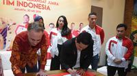 Penandatanganan MoU partnership antara Wall's dengan Tim Indonesia yang diwakili oleh Jochanan Senf – Refreshment Director PT Unilever Indonesia, Tbk. dan Erick Thohir – Ketua Umum Komite Olimpiade Indonesia (Foto: dok Walls)