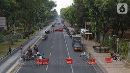 Polisi menjaga akses jalan menuju Istana Negara, Jakarta, Senin (14/10/2019). Hingga sore hari, polisi masih menutup jalan dikarenakan isu adanya demo mahasiswa yang akan berlangsung hari ini. (Liputan6.com/JohanTallo)