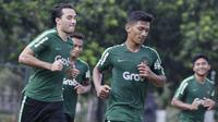 Pemain Timnas Indonesia U-23, Ezra Walian, melakukan pemanasan saat latihan di Lapangan ABC, Jakarta, Kamis (14/3). Latihan ini merupakan persiapan jelang Kualifikasi Piala AFC U-23. (Bola.com/Vitalis Yogi Trisna)