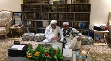Ketua Majelis Syuro Partai Keadilan Sejahtera (PKS) Salim Segaf Jufri bertemu Pimpinan FPI Rizieq Shihab di Kota Mekkah, Arab Saudi. (Merdeka.com)
