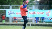 Sosok humoris Kurnia Meiga dirindukan rekan satu tim di Arema. (Bola.com/Iwan Setiawan)