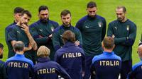 Pemain Italia mendengarkan pelatih Roberto Mancini selama sesi latihan di stadion Hive di London, Inggris, Senin (5/7/2021). Italia merengkuh tiket semifinal Euro 2020 usai menang 2-1 atas Belgia. (AP/Matt Dunham)
