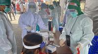 Kegiatan surveilens berupa rapid test yang dilakukan oleh Dinas Kesehatan di Pasar Pinasungkulan Karombasan, Manado.