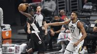 Aksi pemain Clippers Reggie Jackson saat menghadapi Utah Jazz di NBA Playoff (AFP)