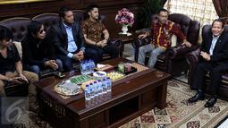 Wakil ketua DPR Taufik Kurniawan (kanan) saat berdiskusi dengan para pelaku film dan musik di Kompleks MPR/DPR, Senayan, Jakarta,  (18/1). Pertemuan ini dilakukan untuk membicarakan masalah pelanggaran hak cipta. (Liputan6.com/Johan Tallo)