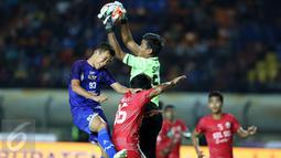 Penjaga gawang Sulawesi Selatan, Syaiful (tengah) mematahkan umpan lambung pemain Jawa Barat pada laga final PON XIX 2016 di Stadion Si Jalak Harupat, Kab Bandung, Rabu (28/9). Jabar unggul lewat adu penalti 5-4. (Liputan6.com/Helmi Fithriansyah)