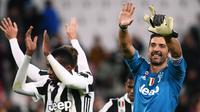 Kiper Juventus, Gianluigi Buffon bersama rekan setimnya merayakan kemenangan atas Crotone pada laga pekan ke-14 Liga Italia Seri A di Allianz Stadium, Senin (27/11). Juventus harus bersusah payah bisa menundukkan Crotone, 3-0. (MARCO BERTORELLO/AFP)