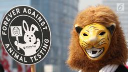 Seorang pengunjuk rasa memakai topeng harimau melakukan aksi saat Car Free Day di Jakarta, Minggu (3/9). Dalam aksi tersebut mereka menyuarakan penolakan uji coba bahan kosmetik pada hewan. (Liputan6.com/Angga Yuniar)