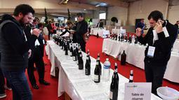 Pengunjung mencicipi wine organik dalam pameran  Millesime Bio 2018 di Kota Montpellier, Prancis, Senin (29/1). Sebanyak seribu peserta mengikuti pameran ini pada tahun lalu. (AFP PHOTO/PASCAL GUYOT)
