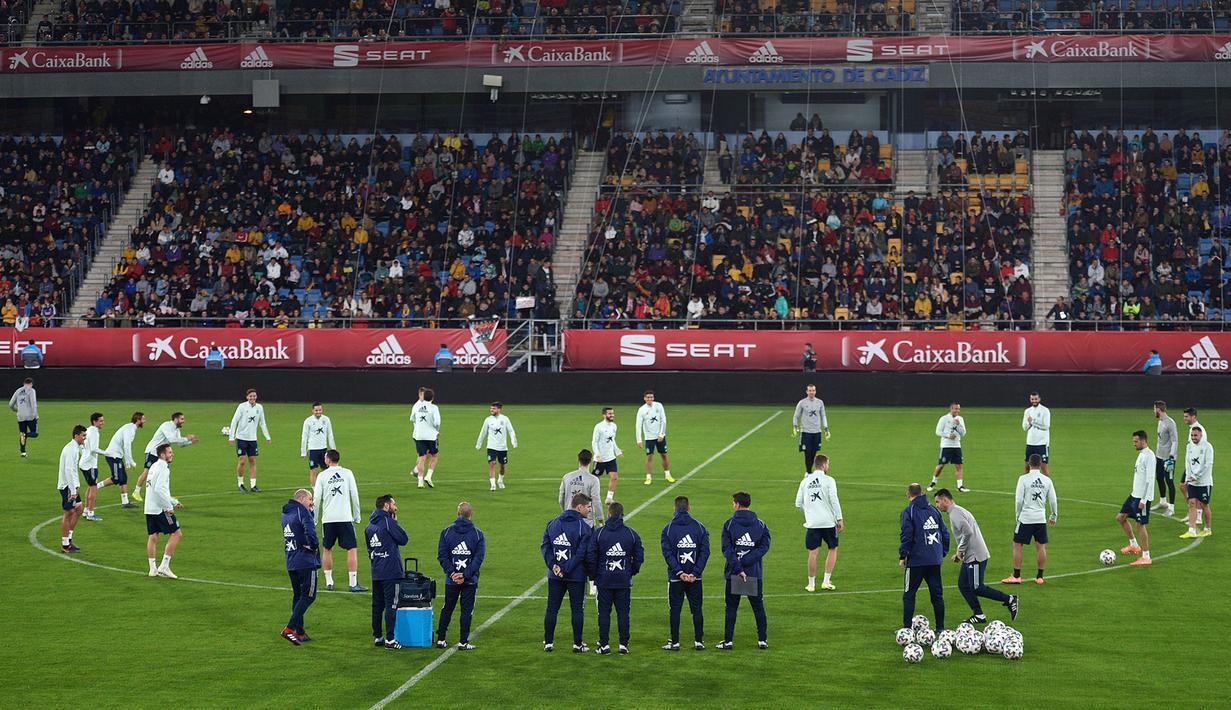 Para pemain Spanyol menghadiri sesi latihan di stadion Ramon de Carranza di Cadiz (14/11/2019). Spanyol akan bertanding melawan Malta pada Grup F Kualifikasi Piala Eropa 2020. (AFP Photo/Cristina Quicler)