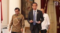 Presiden Joko Widodo (Jokowi) bersiap memberikan keterangan seusai bertemu CEO Bukalapak Achmad Zaky di Istana Merdeka, Sabtu (16/2). Jokowi menegaskan mendukung penuh anak-anak muda seperti Zaky untuk berinovasi. (Liputan6.com/Angga Yuniar)