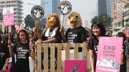 Sejumlah masyarakat melakukan aksi dengan mengenakan kostum binatang saat Car Free Day di Jakarta, Minggu (3/9). Dalam aksi tersebut mereka menyuarakan penolakan uji coba bahan kosmetik pada hewan. (Liputan6.com/Angga Yuniar)