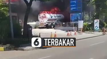 Terlihat satu mobil tangki BBM terbakar saat hendak mengisi BBM untuk pom bensin.