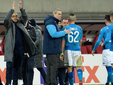 Pelatih Napoli, Maurizio Sarri bertepuk tangan usai pertandingan melawan RB Leipzig pada laga leg kedua 32 besar Liga Europa di Red Bull Arena, (22/2). Napoli menang 2-0 atas Leipzig. (AP Photo / Jens Meyer)