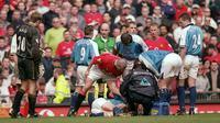 Roy Keane seusai menekel pemain Manchester City, Alf-Inge Haaland, dalam Manchester Derby di Old Trafford pada April 2001. (AFP/ Andrew Yates)