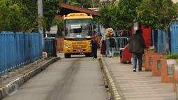 Sebuah bus sekolah bersiap masuk Terminal Blok M Jakarta, Senin (21/12/2015). Bus sekolah dikerahkan untuk mengantisipasi penumpukan penumpang seiring mogoknya sejumlah sopir metromini. (Liputan6.com/Helmi Fithriansyah)