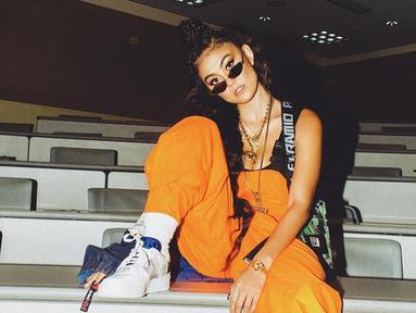 Melalui akun Instagramnya, Agnez Mo sendiri cukup sering mengunggah aktivitasnya. Bahkan, outfit yang dipakai wanita kelahiran 1 Juli 1986 ini terbilang trendi atau kekinian. Ditambah dengan memakai kacamata, ia tampak makin keren.(Liputan6.com/IG/@agnezmo)