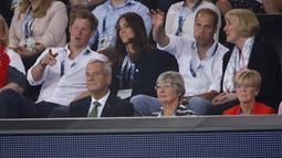 Kate Middleton dan Pangeran Harry tampak mendiskusikan pertandingan renang, di Tollcross International Swimming Centre, Skotlandia, Senin (28/7/14). (REUTERS/Jim Young)