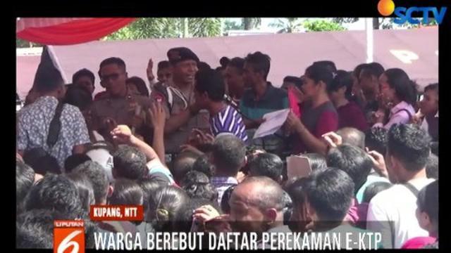 Ratusan warga di Kupang, NTT, berebutan untuk mendaftarkan diri mengurus E-KTP, kartu keluarga dan akta kelahiran secara gratis.