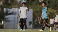 Pelatih Timnas Indonesia U-22, Indra Sjafrie, memberikan arahan saat latihan di Lapangan G, Senayan, Jakarta, Sabtu (5/10). Latihan ini merupakan persiapan menjelang SEA Games 2019. (Bola.com/Yoppy Renato)