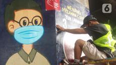 Mahasiswa melukis mural bertemakan sosialisasi pencegahan Covid-19 di kolong jalan tol dalam kota, Kebun Nanas, Jakarta, Jumat (4/12/2020). Kegiatan sekitar 90 tiang kolong tol sepanjang jalan MT Haryono ini difasilitasi Satgas Covid-19. (merdeka.com/Arie Basuki)