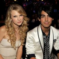 Nggak lama setelah Taylor Swift dan Joe Jonas putus, TayTay pun menyindir mantannya di Ellen DeGeneres. Taylor menyindir Joe yang minta putus lewat telpon berdurasi 25 detik saat ia berusia 18 tahun. (GettyImages/Cosmopolitan)