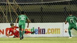 Striker PS Sleman, Irfan Bachdim (kanan) berhasil menjebol gawang Persebaya Surabaya dari titik pinalti dalam laga Grup C Piala Menpora 2021 di Stadion Si Jalak Harupat, Bandung, Rabu (7/4/2021). PS Sleman menang 1-0 atas Persebaya. (Bola.com/Ikhwan Yanuar)