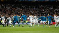 Pemain Real Madrid merayakan kemenangannya usai melawan Bayern Munchen dalam pertandingan semifinal Liga Champions di stadion Santiago Bernabeu, Spanyol (1/5). Real Madrid lolos ke partai final Liga Champions. (AP/Francisco Seco)