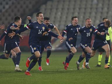 Pemain Skotlandia merayakan kemenangan atas Serbia pada pertandingan playoff Euro 2020 di Stadion Rajko Mitic, Beograd, Serbia, Kamis (12/11/2020). (AP Photo/Darko Vojinovic)