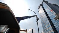 """Pemrov DKI Jakarta akan mengganti seluruh lampu listrik Penerangan Jalan Umum (PJU) di wilayah Jakarta dari konvensional menjadi lampu hemat energi """"light emitting diode"""" (LED), Jakarta, Selasa (29/12). (Liputan6.com/Yoppy Renato)"""