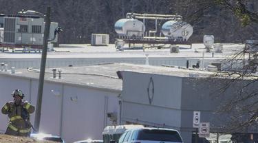 Petugas pemadam kebakaran Hall County pergi setelah kebocoran nitrogen cair di Prime Pak Foods, sebuah pabrik unggas di Gainesville, AS, Kamis (28/1/2021). Sedikitnya enam orang tewas akibat peristiwa tersebut. (AP Photo / John Bazemore)