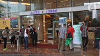 Pengunjung saat scan barcode untuk memasuki mal kuningan city, Jakarta, Selasa (10/8/2021). Perpanjangan PPKM Level 4 di mal pengunjung diwajibkan mematuhi protokol kesehatan, melakukan scan barcode aplikasi Pedulilindungi dan memperlihatkan sertifikat vaksin COVID-19. (Liputan6.com/Herman Zakharia)