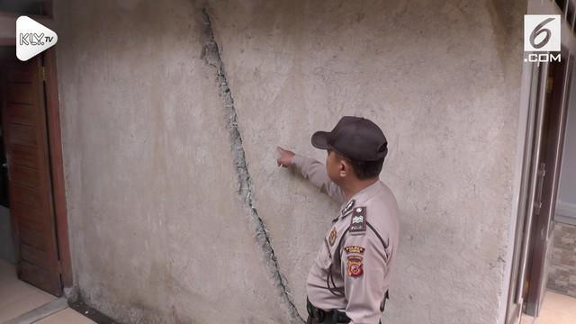 Fenomena tanah bergerak kembali terjadi. Beberapa rumah di Bandung Barat mengalami