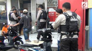 Polres Metro Jakarta Timur menangkap sejumlah preman di Jalan Raya Bekasi. warga mengeluh karena kerap menjadi korban pemerasan para preman. Polres juga menyita minuman keras dari para preman