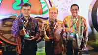 Direktur Utama PT Pupuk Kaltim Bakir Pasaman (tengah) berfoto bersama Direktur Produksi PT Pupuk Sriwidjaja Filius Yuliandi dan GM Produksi PT Pupuk Kujang Ariffianto, usai menerima penghargaan PROPER di Jakarta, Kamis (27/12).(Liputan6.com/HO/Ines)