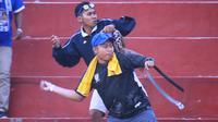Duel Persik Kediri versus PSIM Yogyakarta di Stadion Brawijaya, Kota Kediri, Senin (2/9/2019), diwarnai bentrokan antarsuporter kedua tim. (Bola.com/Gatot Susetyo)