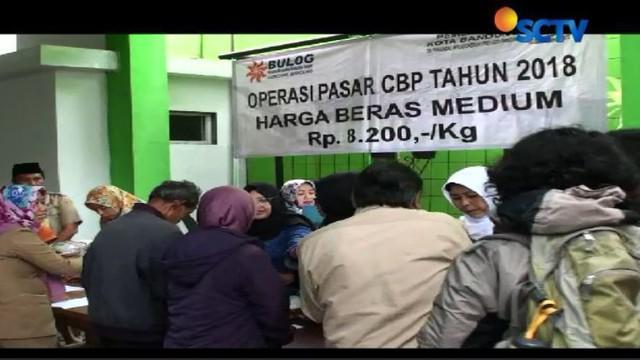 Warga antre untuk mendapatkan beras murah seharga 8.200/kilogram di halaman Kantor Kecamatan Andir, Kota Bandung Jawa Barat.