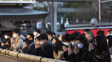Para jamaah berdoa di kuil Yushima Tenmangu di Tokyo pada Hari Tahun Baru, Jumat (1/1/2020). Warga di Tokyo ramai-ramai mengunjungi Kuil Yushima Tenmangu untuk berdoa dengan menulis harapan di papan Ema. (AP Photo/Hiro Komae)