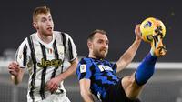 Gelandang Inter Milan, Christian Eriksen (kanan) mengontrol bola dibayangi striker Juventus, Dejan Kulusevski dalam laga leg kedua semifinal Coppa Italia 2020/21 di Juventus Stadium, Turin, Selasa (9/2/2021). Inter Milan bermain imbang 0-0 dan gagal lolos ke final. (LaPresse via AP/Marco Alpozzi)