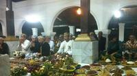 Kraton Kanoman menggelar pembacaan sejarah isra Miraj dalam bahasa Cirebon (Liputan6.com / Panji Prayitno)