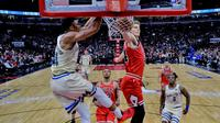 Giannis Antetokounmpo melukukan dunk saat Bucks mengalahkan Bulls di lanjutan NBA (AP)