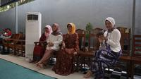 Ibunda Jokowi, Sujiatmi Notomiharjo bersama kerabat (Liputan6.com/Fajar Abrori)