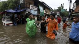 Warga menunjukkan ular yang ditemukan saat banjir di sekitar Jalan Hang Lekir, Kebayoran Lama, Jakarta Selatan, Rabu (1/1/2020). Banjir tersebut disebabkan karena tingginya intensitas hujan yang mengguyur sejak Selasa (31/12/2019). (Liputan6.com/Johan Tallo)