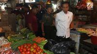 Presiden Joko Widodo atau Jokowi melihat-lihat sayuran saat blusukan di Pasar Minggu, Jakarta, Jumat (22/2). Kehadiran Jokowi juga mendadak dan tanpa kabar. (Liputan6.com/Angga Yuniar)