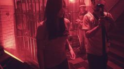 Aktris Jessica Mila saat proses syuting film horor terbarunya yang berjudul Mata Batin 2 di kawasan Jakarta Barat, Rabu (5/9). Sebelumnya Jessica juga berperan dalam sekuel pertama yakni Mata Batin. (Liputan6.com/Faizal Fanani)