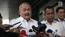 Gubernur Sumsel, Alex Noerdin memberi keterangan usai mengunjungi korban ambruknya balkon BEI di RS Siloam, Jakarta, Selasa (16/1). Soal biaya, seluruhnya menjadi tanggung jawab BEI dan Pemerintah Provinsi Sumsel. (Liputan6.com/Arya Manggala)